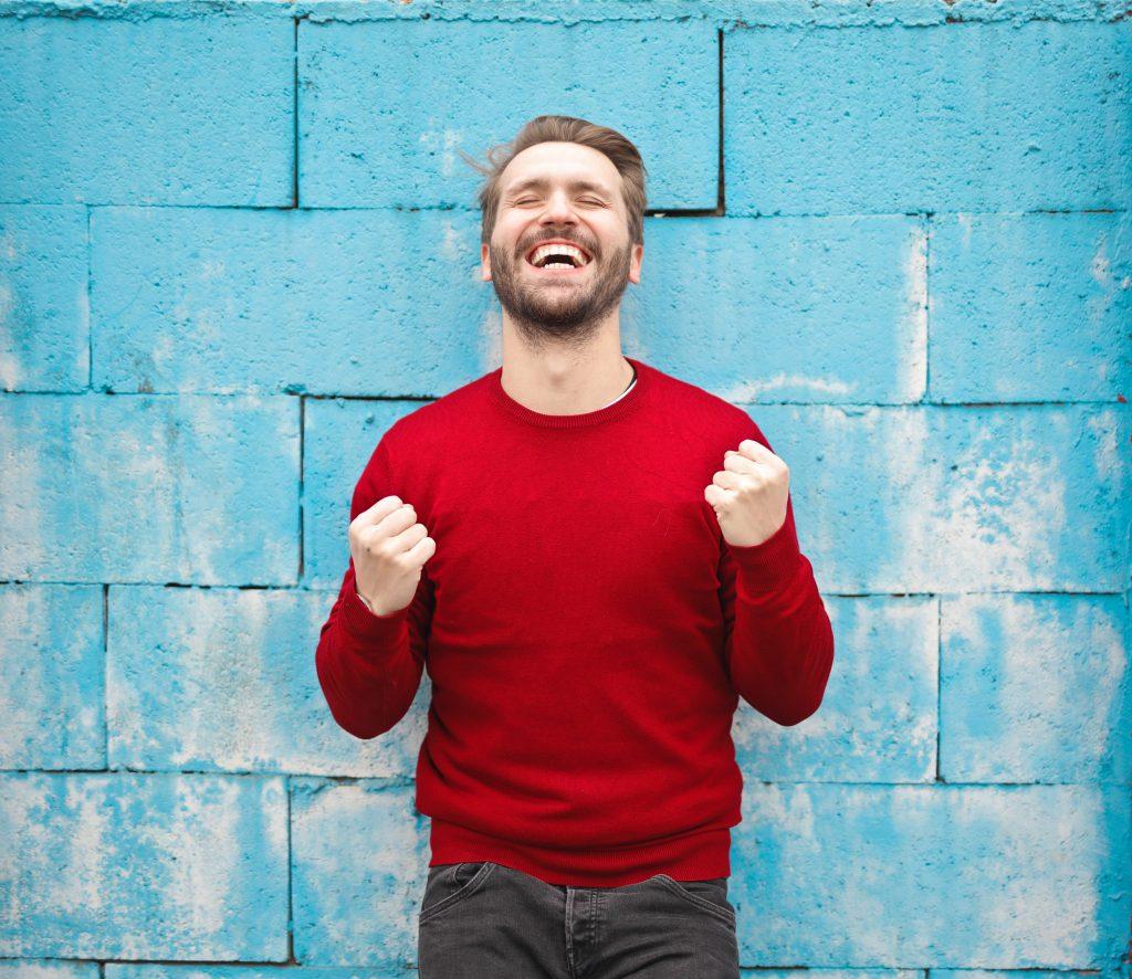 radosny mężczyzna w czerwonym swetrze