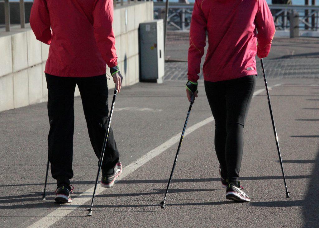 Spacerujący ludzie, którzy przyzwyczajają swój organizm do regularnego treningu